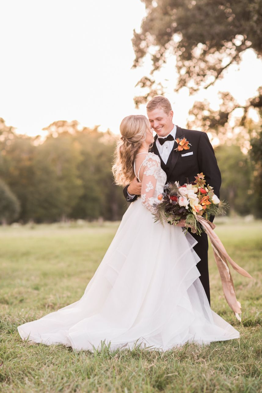 https://images.thebridesofhouston.com/wp-content/uploads/2020/01/24164301/Rustic-Refined-Wedding-Austin-Wedding-Planner-Two-Be-Wed-Austin-Wedding-Florist-Bramble-and-Bee_1203.jpg